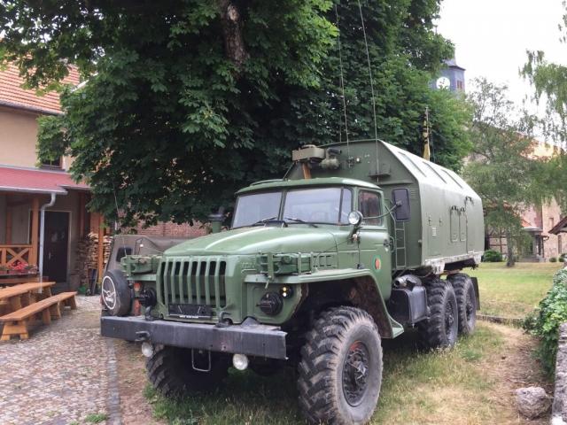 DDR-Militärfahrzeug im Garten