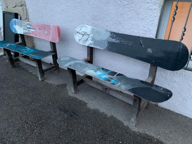 Snowboardbänke am Gasthof Auerhahn